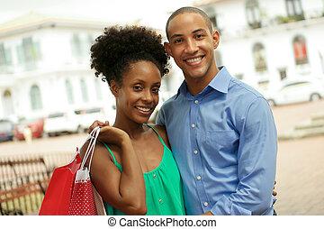 város, bevásárlás, párosít, amerikai, afrikai, portré, mosolygós, panama