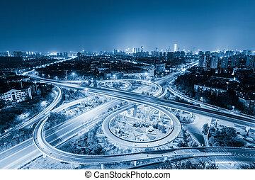 város, felüljáró, éjjel