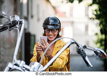 város, motorkerékpár, selfie., jókedvű, nő, utazó, idősebb...