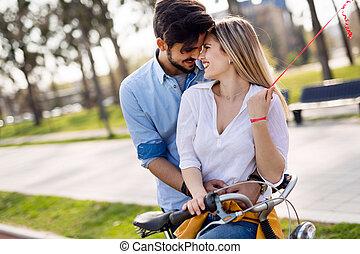 város, párosít, időz, fiatal, bicycles, lovaglás, eredő, szerető