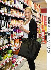vásárló, álló, élelmiszerbolt, női, mosolygós, bolt