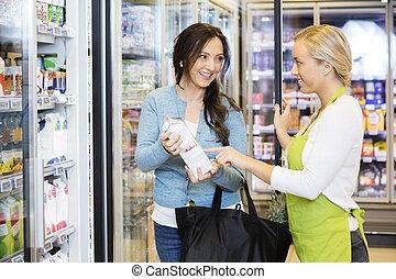 vásárló, elősegít, elárusítónő, termék, kiválaszt, női