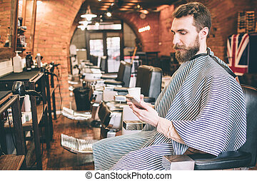 vásárló, helyes, csésze, tea, kezezés., ülés, látszó, is, telefon., chair., birtok, egyedül, ő, ember