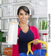 vásárló, kiállítás, sampon, palack, alatt, gyógyszertár