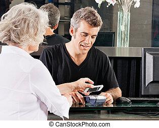 vásárló, kiegyenlít, át, mobile telefon, -ban, fogadószoba