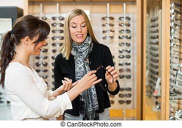 vásárló, válogat, elősegít, nő, szemüveg