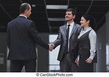 välkommen, handslag, av, affärsmän, in, kontoren