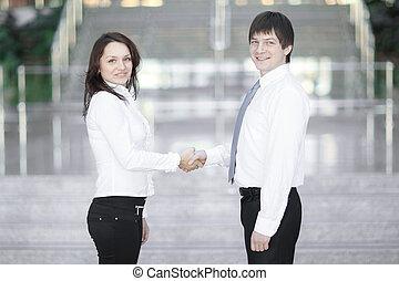 välkommen, handslag, av, ung, affärsverksamhet partner, på, den, bakgrund, av, den, ämbete.