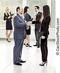 välkommen, handslag, chef, och, klient, på, den, bakgrund, av, affärsverksamhet lag