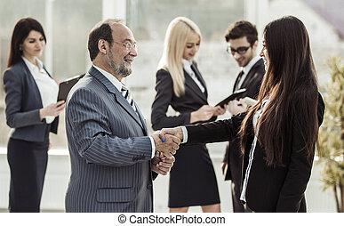 välkommen, handslag, mellan, jurist, och, klient, på, den, bakgrund, av, affärsverksamhet lag