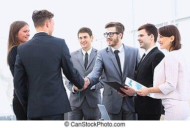 välkommen, och, handslag, av, affärsverksamhet partner, på, den, briefing