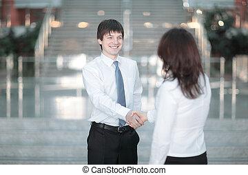 välkomna, handslag, av, a, chef, och, den, kund, in, den, ämbete.