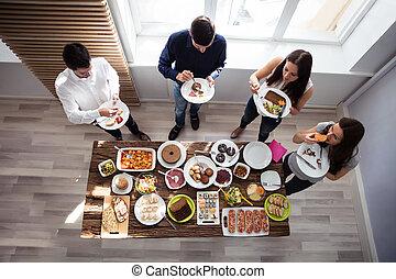 vänner, ätande luncha, tillsammans