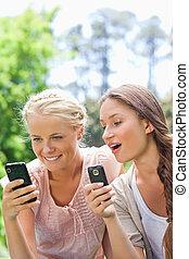 vänner, deras, parkera, cellphones