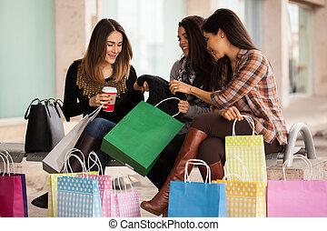 vänner, fest, efter, inköp, kvinnlig