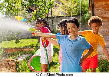 vänner, gevär strid, pojke, vatten, lek, nöje, aktiv