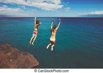 vänner, klippa, hoppning, in i, den, ocean
