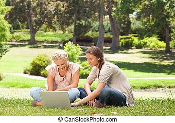 vänner, laptop, gräsmatta, sittande