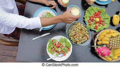 végétarien, angle, salade, plats, gens, sain, sommet, lunettes, exotique, jus, nourriture, fruits, manger, table, amis, tintement, vue