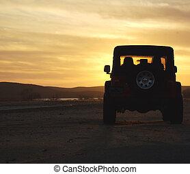 véhicule, dans, les, désert, à, coucher soleil