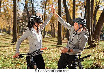 vélo, couple, ensoleillé, jeune, avoir, automne, park., amusement, équitation, jour, heureux