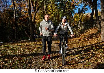 vélo, couple, jeune, jour, automne, aller, heureux, cavalcade, park.