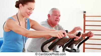 vélo exercice, homme, utilisation, personnes agées