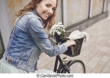 vélo, femme souriante, portrait