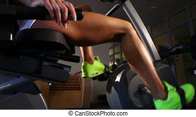 vélo gymnase, femme, équitation, jambes, stationnaire