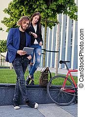 vélo, pc tablette, couple, parc, arrière-plan., utilisation, fixe, rouges