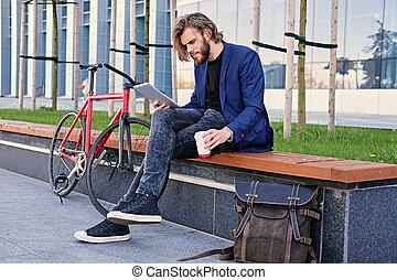 vélo, pc tablette, tient, arrière-plan., unique, vitesse, rouges, homme