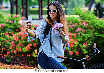 vélo, selfie, téléphone., femme, confection, intelligent