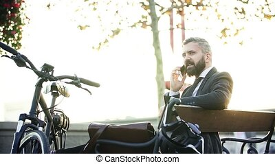 vélo, ville, banlieusard, séance, banc, homme affaires, utilisation, smartphone.