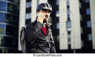 vélo, ville, banlieusard, travail, homme affaires, aller maison, utilisation, smartphone.