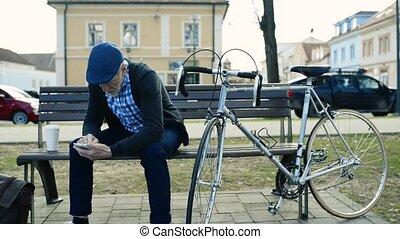vélo, ville, texting, téléphone, tenue, personne agee, intelligent, homme