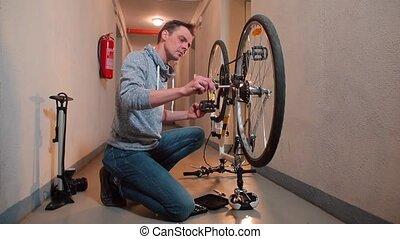 vélo, workshop., homme, insists, changement vitesse