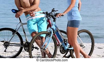 vélos, amis rire, tenue