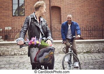 vélos, pavé, rue, courses, couple