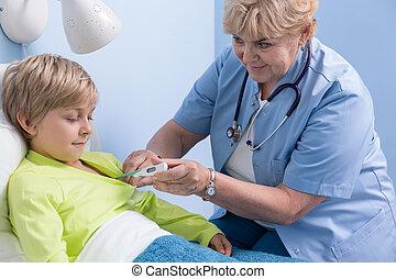 vérifiant température, docteur