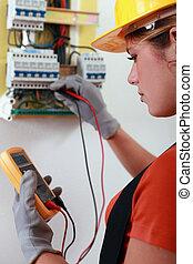 vérification, câblage, électricien, femme, fusebox