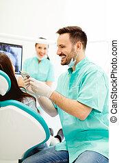 vérification, choix, femme, jeune, couleur, dentiste, dents