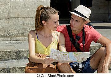 vérification, couple, jeune, carte
