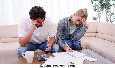 vérification, couple, leur, factures