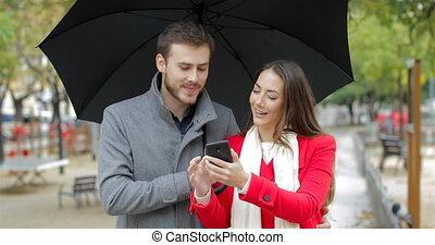 vérification, couple, pluie, téléphone, sous, intelligent, heureux