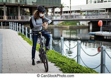 vérification, elle, caucasien, smar, protecteur, casque, rues, cyclisme, porter, femme, masque