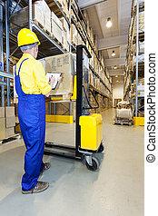 vérification, entrepôt, ouvrier, produits