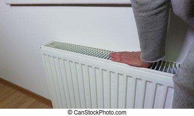 vérification, femme, chauffage, radiateur