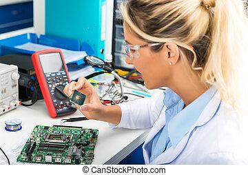 vérification, femme, laboratoire, puce, électronique, unité...