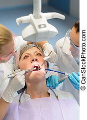 vérification, femme, patient, dentaire, personnes agées, ouverture bouche