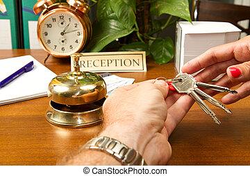 vérification, femme, réception, hôtel